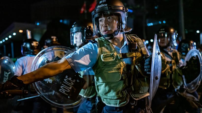 Hongkong: Polizisten gehen gegen Demonstranten in Hongkong vor.