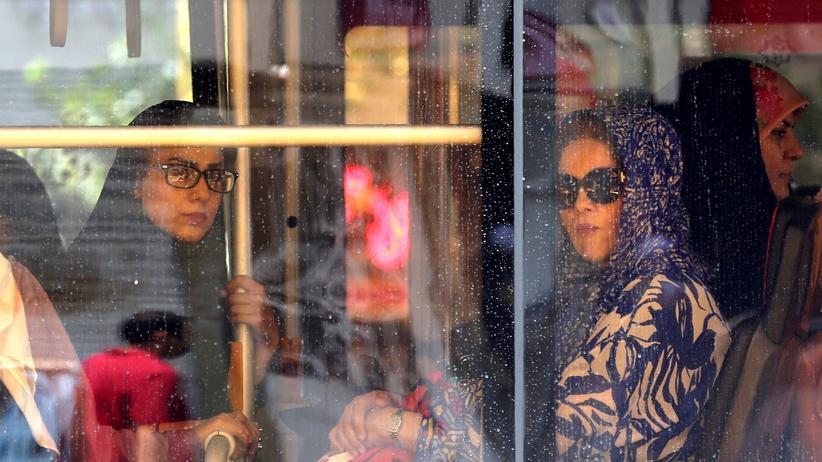 Iran: Iranerinnen in einem Bus in Teheran: Vor allem die anhaltenden Sanktionen beeinträchtigen das Leben der Iranerinnen und Iraner zunehmend.
