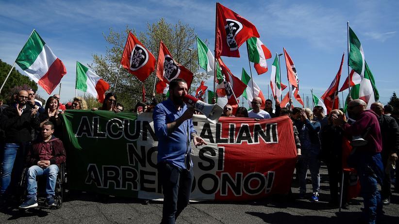 Italien: Protest gegen Roma im römischen Problemviertel Torre Maura, Anfang April 2019: Anhänger der rechtsextremen Vereinigung Casapound