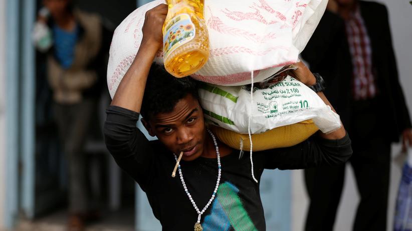 Jemen: Dieser Mann in Sanaa hat Lebensmittel von einer lokalen Hilfsorganisation bekommen.