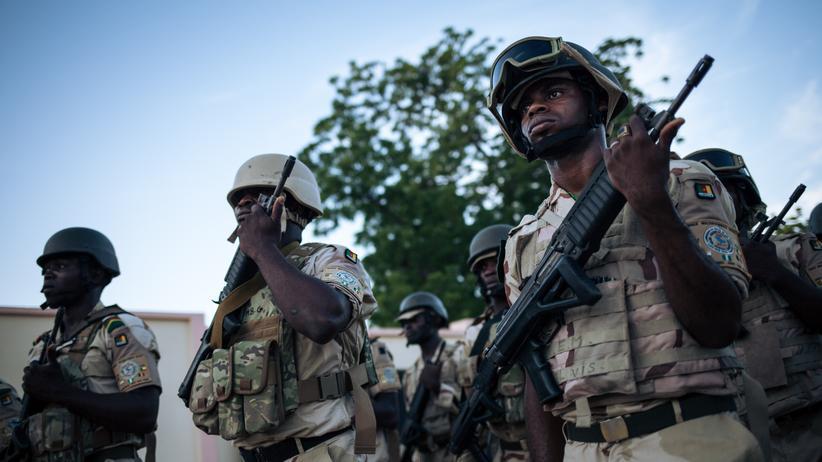 Kamerun: Kamerunische Soldaten bei einer Zeremonie auf einer Militärbasis im Norden Kameruns (Archivbild)