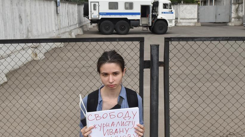 """Iwan Golunow: """"Freiheit für den Journalisten Iwan Golunow"""" steht auf dem Schild dieser Demonstrantin vor dem Gericht, das den Hausarrest verhängte. Unangemeldet sind in Russland nur Ein-Personen-Proteste erlaubt."""