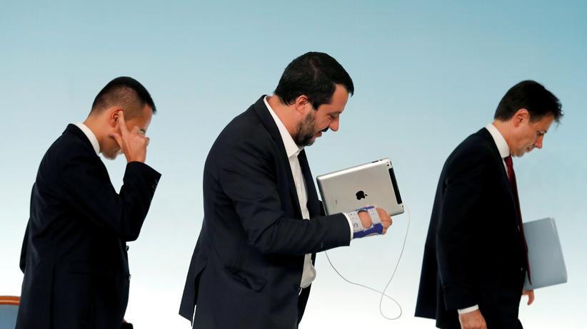 Schuldenstreit: Die Koalitionschefs Luigi Di Maio und Matteo Salvini mit Ministerpräsident Giuseppe Conte (v.l.n.r.) im Oktober 2018.