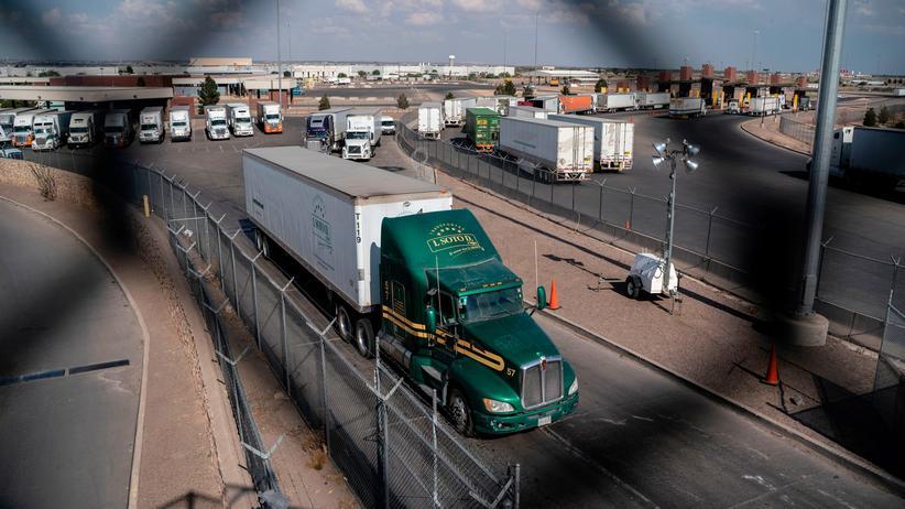 Sonderzölle: Lastkraftwagen passieren in der mexikanischen Stadt Juarez die Grenze zu den USA.