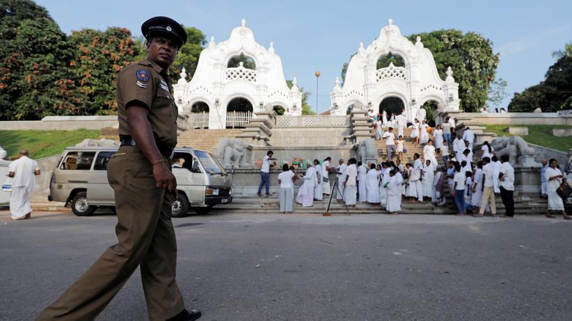 Terrorismus: Ein Polizist vor einem buddhistischen Tempel in der sri-lankischen Hauptstadt Colombo