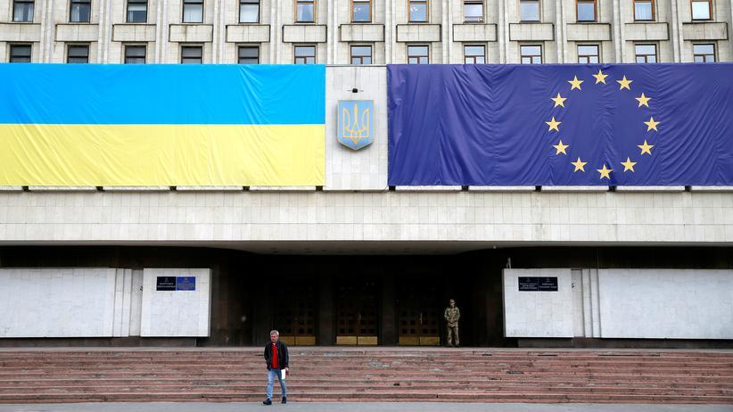 Parlamentarische Versammlung: An der Fassade eines Verwaltungszentrums in Kiew sind die ukrainische und die europäische Flagge angebracht.