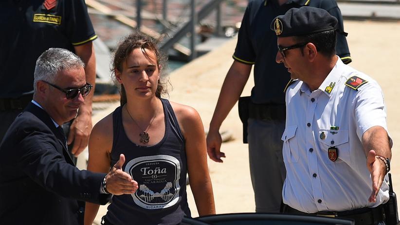 Carola Rackete verlässt auf dem Weg zum Gerichtstermin das Schiff der italienischen Finanzpolizei in Porto Empedocle.