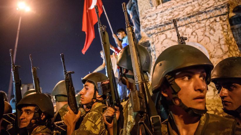 Gülen-Bewegung: Türkische Soldaten während des Putschversuches 2016 auf dem Taksim-Platz (Archivbild)