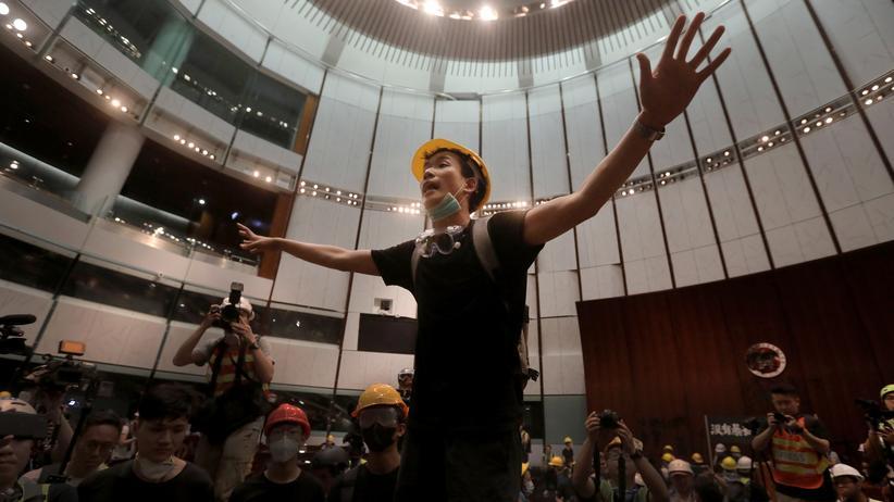 Hongkong: Demonstranten in Hongkongs Parlament. Bevor die Aufnahme entstand, waren sie gewaltsam in das Gebäude eingedrungen.