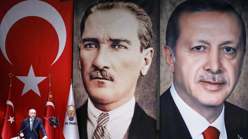 Türkei: Recep Tayyip Erdoğan vor Mitgliedern der Regierungspartei AKP in Ankara