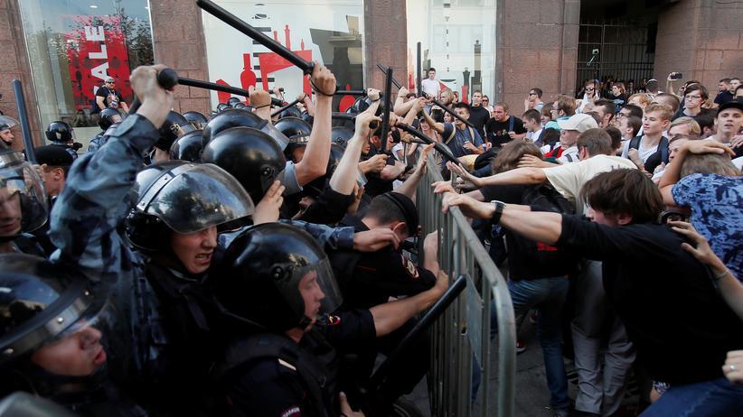 Russland: Die Polizisten gingen mit großer Härte gegen die Demonstranten vor und setzten auch Schlagstöcke ein.