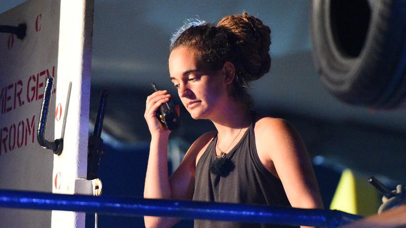 Alexander Proelß: Carola Rackete auf der Sea-Watch 3, als das Schiff in Lampedusa anlegt.