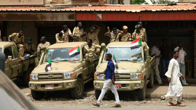 Sudan: Soldaten im Sudan bei einer Massenkundgebung Ende Juni