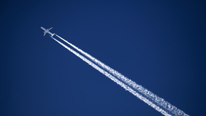 Terrorwarnung: TOPSHOT - A commercial plane of German airline Lufthansa leaves a contrail on the sky on April 3, 2017 above the Swiss Alps resort of Verbier. (Photo by Fabrice COFFRINI / AFP)        (Photo credit should read FABRICE COFFRINI/AFP/Getty Images)