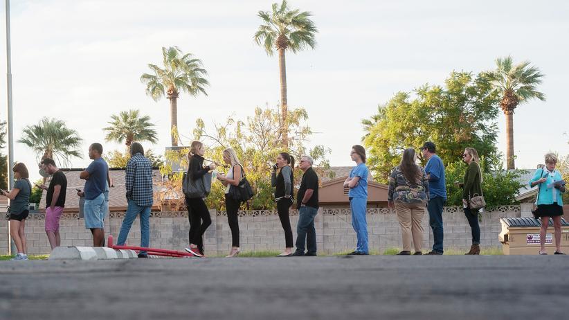 US-Wahl 2016: Vor einem Wahllokal in Arizona warten Wählerinnen und Wähler auf Einlass. Sie wollen in der Präsidentschaftswahl vom 8. November 2016 ihre Stimme abgeben.