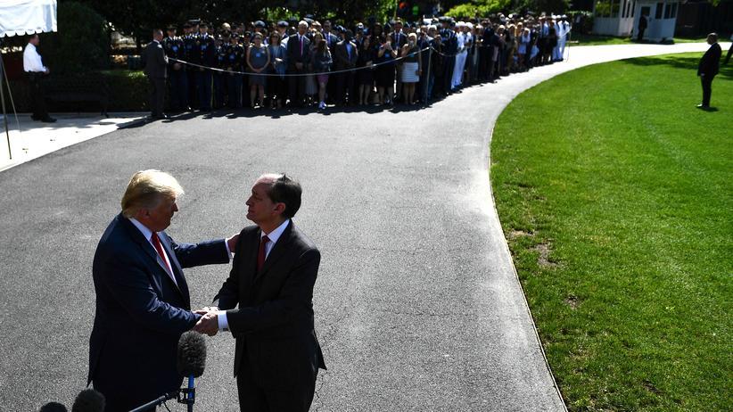 USA: US-Präsident Donald Trump und der ehemalige Arbeitsminister Alexander Acosta bei der Verkündung von Acostas Rücktritt