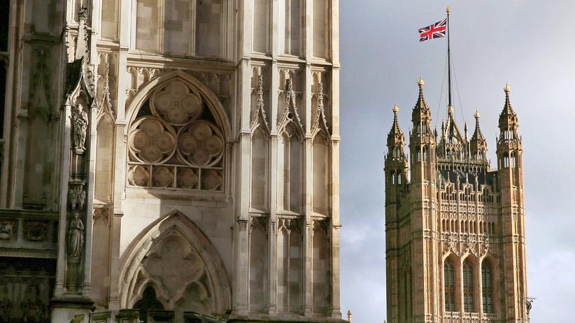 Brexit: Der Union Jack, die Nationalflagge des Vereinigten Königreichs, weht auf dem Turm des Houses of Parliament in London,