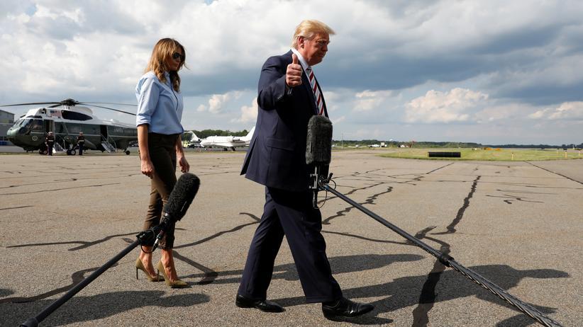 Donald Trump in Dayton und El Paso: Daumen hoch: US-Präsident Donald Trump verabschiedet sich von Journalisten, nachdem er ein Statement zu den Attentaten in El Paso und Dayton abgegeben hatte.