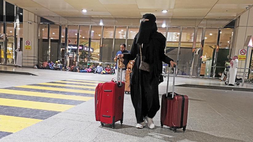 Frauenrechte: Eine saudische Frau bei ihrer Ankunft am Flughafen Dammam