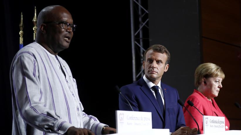 Sahelzone: Burkina Fasos Präsident Roch Marc Christian Kaboré, der französische Präsident Emmanuel Macron und die deutsche Bundeskanzlerin Angela Merkel bei einer Pressekonferenz zu der Situation in der Sahelregion am Rande des G7-Gipfels