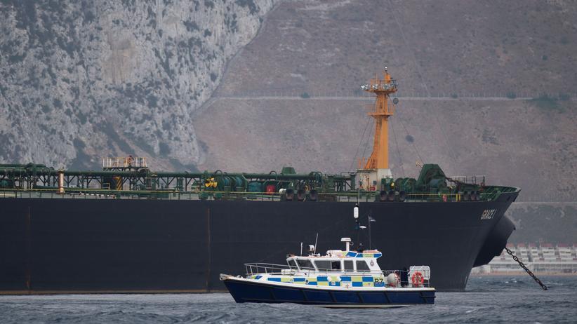 """Gibraltar: Ein Patrouillenboot der britischen Polizei vor der festgesetzten """"Grace 1"""" bei Gibraltar"""