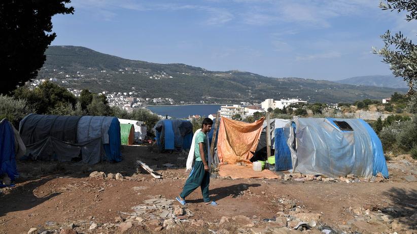Asylverfahren: In einem Flüchtlingslager in der nähe der Stadt Vathy auf der Insel Samos ist ein Geflüchteter auf dem Weg zur Dusche.