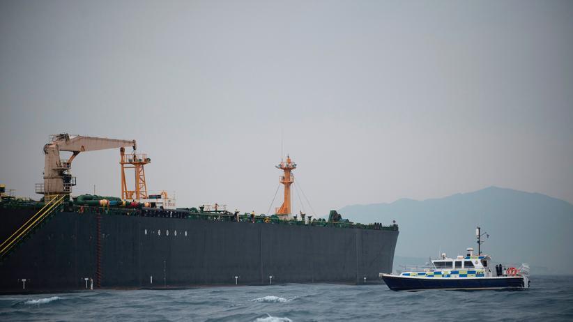 """Großbritannien: Ein britisches Patrouillenboot überwacht den festgesetzten iranischen Öltanker """"Grace 1"""" vor der Küste Gibraltars."""