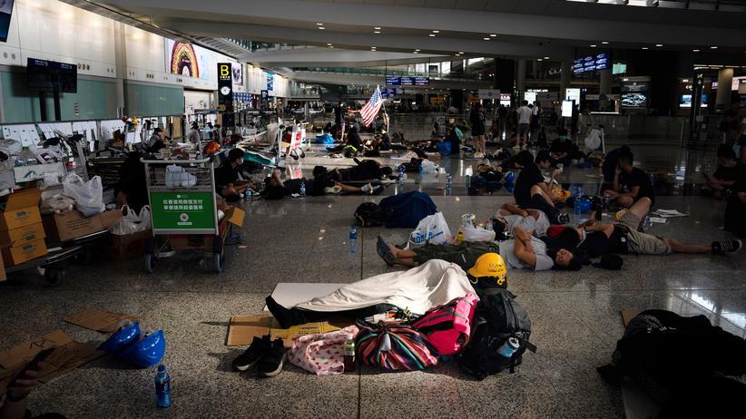 Außenminister: Schlafend protestieren: Demonstrantinnen und Demonstranten im Hongkong International Airport während ihrer mehrtägigen Proteste für mehr Demokratie.