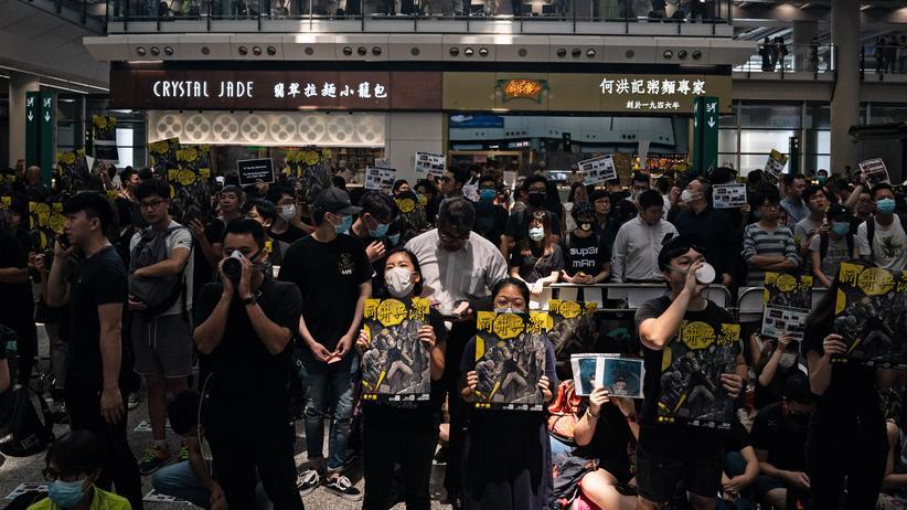 Proteste: Hongkongs Flughafen streicht alle Abflüge