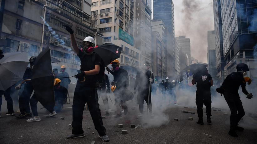 China: Demonstranten in Hongkong stehen in Tränengaswolken