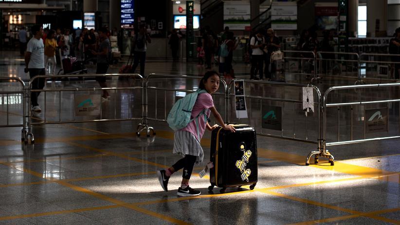 Hongkong: Flughafen in Hongkong nimmt Betrieb wieder auf