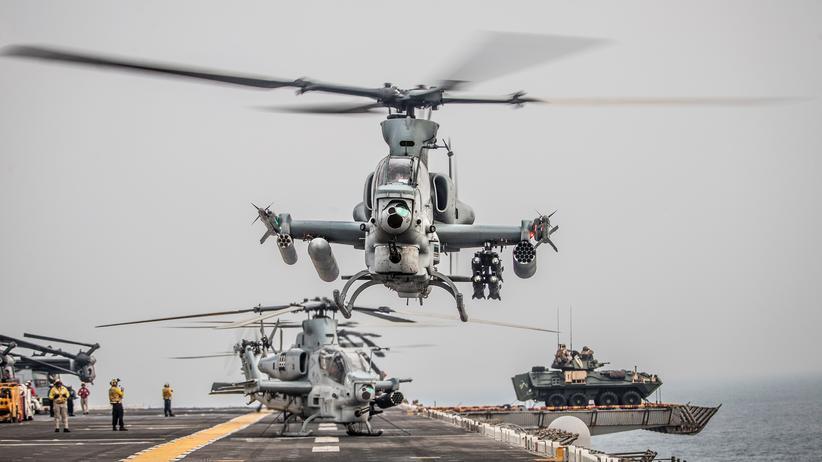 Straße von Hormus: Ein Helikopter des US-Militärs hebt von einem Flugzeugträger in der Straße von Hormus ab.
