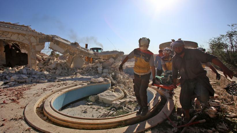 Idlib: Mitglieder der Weißhelme bergen die Opfer eines Luftangriffes auf das Dorf Benin im Nordwesten Syriens.