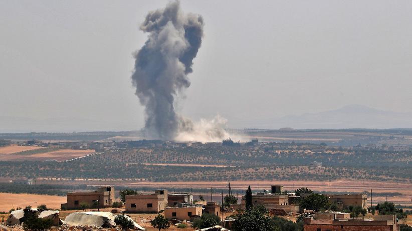 Idlib: Nach einem Angriff der Regierungstruppen auf die Stadt Chan Schaichun steigt eine dunkle Rauchwolke auf.