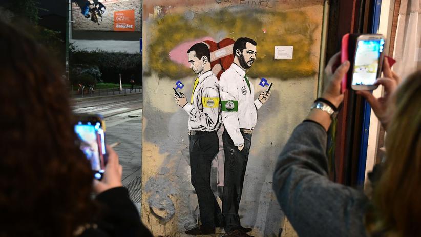"""Italien: Der Künstler TvBoy hat sich mit einem Graffito namens  """"La Guerra dei Socials"""" (Der Social-Media-Krieg) in Mailands Straßen verewigt. Darauf:  Luigi Di Maio, Chef der Fünf-Sterne-Bewegung und Lega-Parteichef Matteo Salvini. (Archivbild)"""