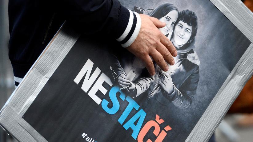 Slowakei: Ein Mann trägt bei Protesten in Bratislava ein Plakat mit dem Bild des ermordeten Paares Ján Kuciak und Martina Kušnírová unter dem Arm. (Archivaufnahme aus vom April 2018)