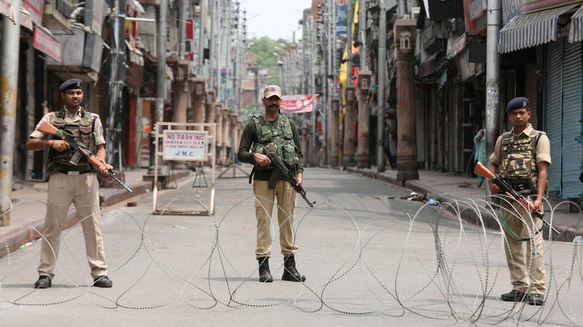 Kaschmir: Indische Sicherheitskräfte blockieren eine Straße in der Stadt Jammu im Bundesstaat Jammu und Kaschmir.