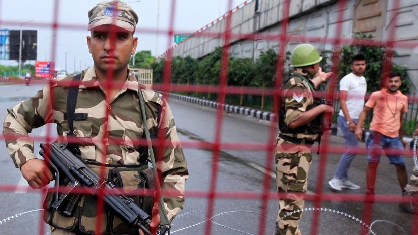 Kaschmir: Indische Sicherheitskräfte an einer Straßensperre in Jammu, der zweitgrößten Stadt im Bundesstaat Jammu und Kashmir