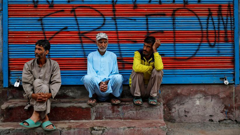 Kaschmir-Konflikt: Muslimische Gläubige warten in Kaschmir auf die Gebete am Opferfest Eid-al-Adha.