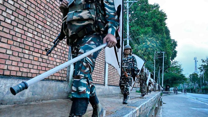 Kaschmir-Krise: Indische Sicherheitskräfte patroullieren am 10. August während der Ausgangssperre in Srinagar, der Hauptstadt des Bundesstaats Jammu und Kaschmir.