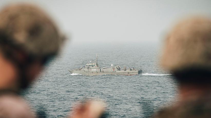 """Persischer Golf: Das Mitte August veröffentlichte Bild zeigt zwei Marinesoldaten auf der """"USS John P. Murtha"""", die ein iranisches Schiff beobachten."""