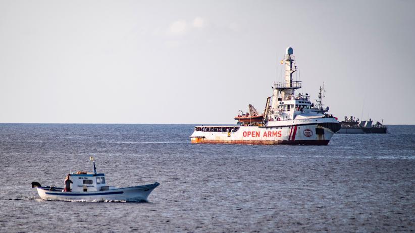 """""""Open Arms"""": In Sichtweite: Das Rettungsschiff """"Open Arms"""" in den Gewässern vor der italienischen Insel Lampedusa"""