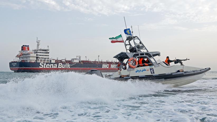 """Persischer Golf: 21. Juli: Iranische Revolutionsgarden patroullieren vor dem festgesetzten britischen Tanker """"Stena Impero""""."""