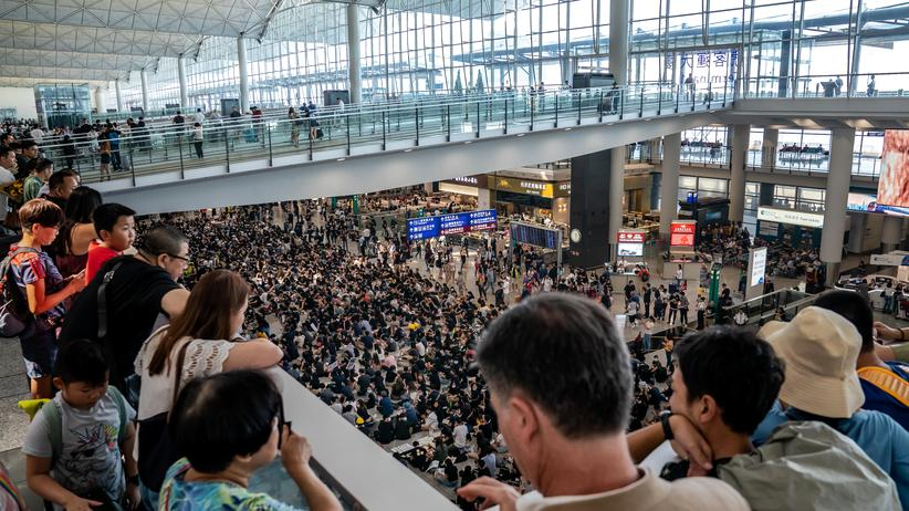 Hongkong: Demonstranten blockieren Flughafen mit Sitzstreik