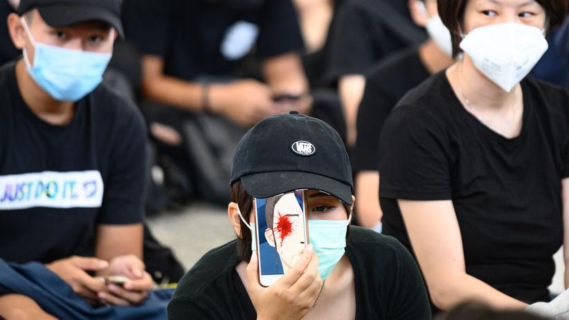 Proteste in Hongkong: Schwarzgekleidete Demonstrierende am Hongkonger Flughafen