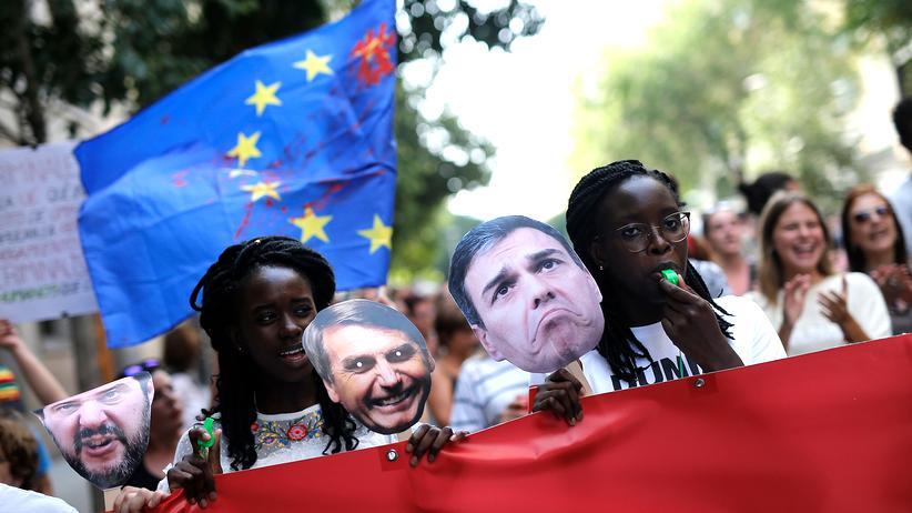 Seenotrettung: Protestierende halten Masken des italienischen Innenministers Matteo Salvini, des brasilianischen Präsidenten Jair Bolsonaro und des spanischen Premierministers Pedro Sánchez bei einer Demonstration gegen die Kriminalisierung von Rettungsmissionen hoch.