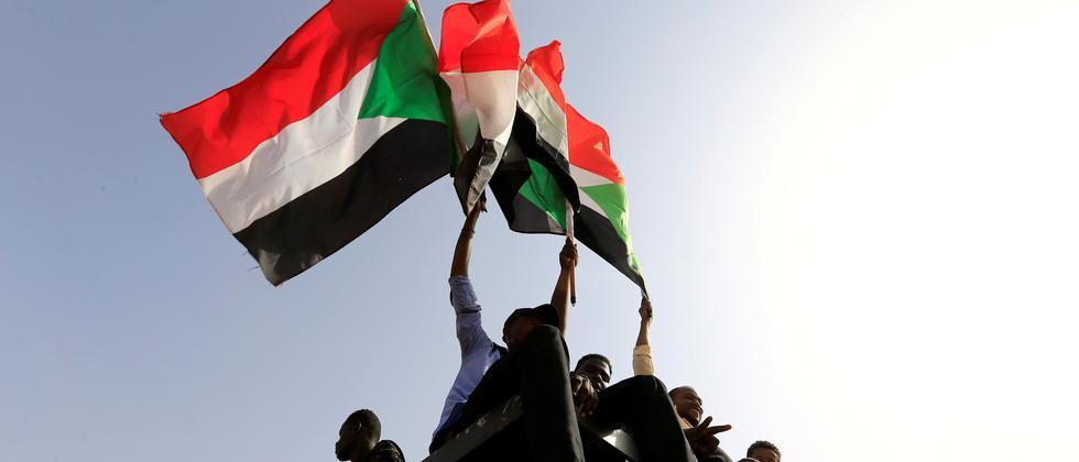 Sudan: Militärs und Demonstranten einigen sich auf Verfassung
