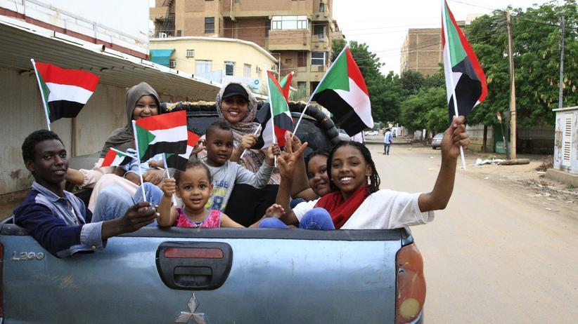 Sudan: Militärführer und Demokratiebefürworter bilden Übergangsregierung