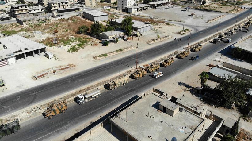 Syrien: Ein Konvoi des türkischen Militärs bewegt sich durch die Provinz Idlib auf dem Weg nach Chan Scheichun.
