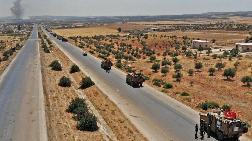 Syrien: 50 Militärfahrzeuge soll der Konvoi durch den Nordwesten Syriens umfasst haben. In der Nähe der Stadt Maaret al-Numan (im Hintergrund) soll er dann von syrischen und russischen Jets angegriffen worden sein.